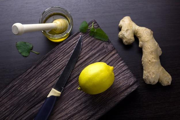 Vista superior de jengibre, limón, miel sobre una tabla de madera