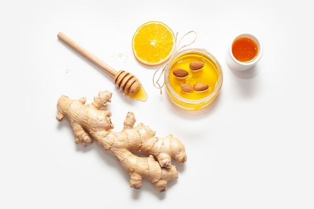 Vista superior de jengibre con palo de miel