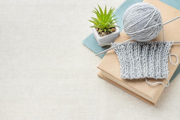 Vista superior del juego de crochet con hilo y espacio de copia