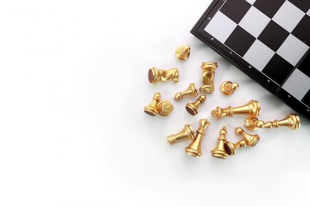 Vista superior juego de mesa de ajedrez en mesa blanca