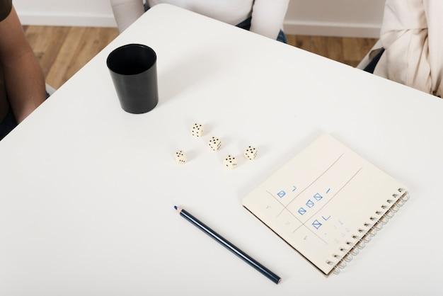 Vista superior del juego yahtzee en la mesa.