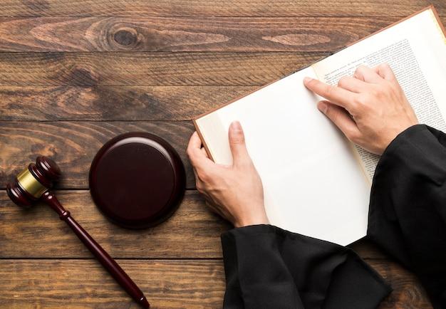 Vista superior de juez con libro y martillo.