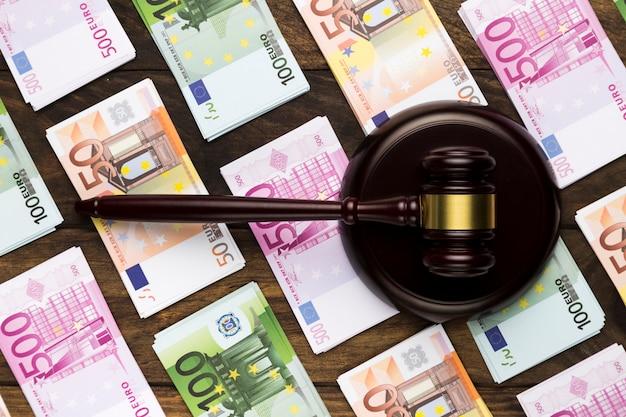 Vista superior juez martillo en bloque de huelga y billetes