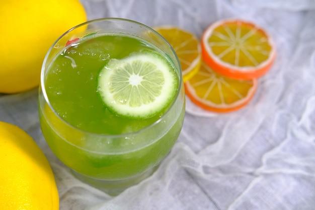 Vista superior de jugo de limón fresco en la mesa