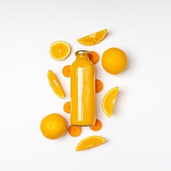 Vista superior de jugo de naranja en botella