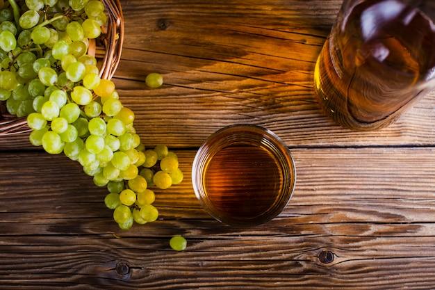 Vista superior de jugo de uva y fruta en la mesa
