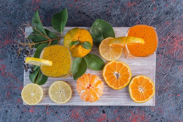 Vista superior de jugos y frutas orgánicas frescas