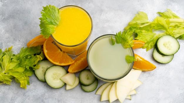 Vista superior jugos verdes y naranjas