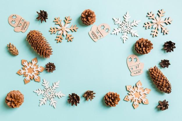 Vista superior de juguetes y decoraciones navideñas en navidad azul.