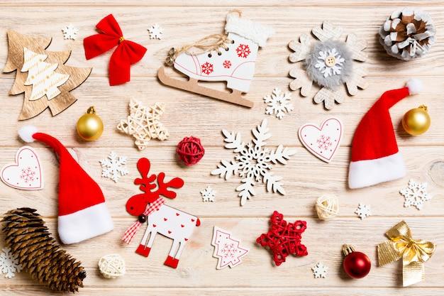 Vista superior juguetes de navidad en madera. ornamento. vacaciones