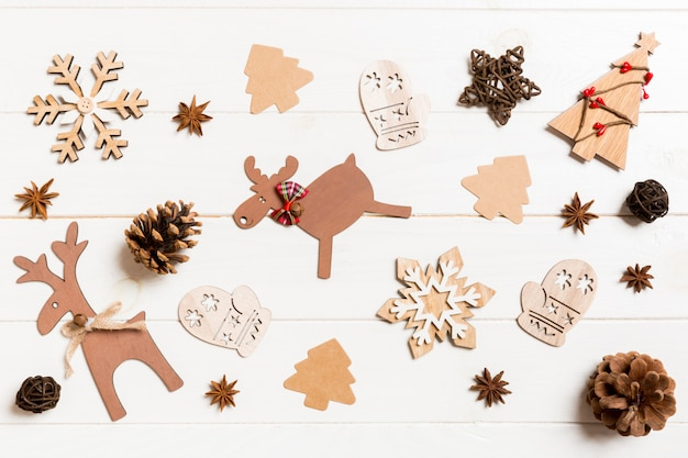 Vista superior de juguetes de navidad sobre fondo de madera