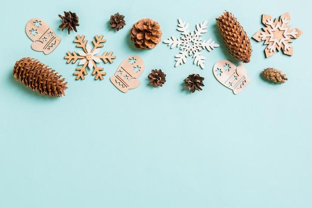 Vista superior de juguetes navideños y decoraciones sobre fondo azul de navidad con espacio de copia