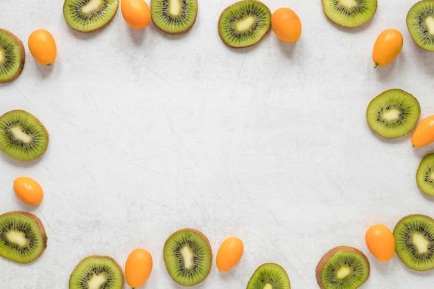 Vista superior de kiwi fresco y tomates cherry con espacio de copia