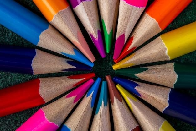 Vista superior de lápices de colores en la oscuridad