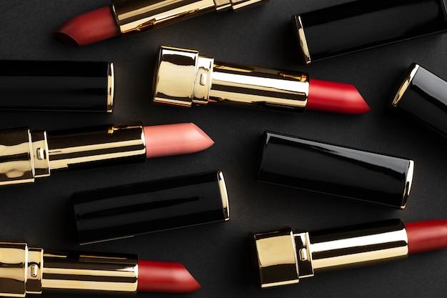 Vista superior de lápices labiales rojos y rosados