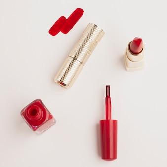 Vista superior de lápiz labial rojo con fondo blanco.