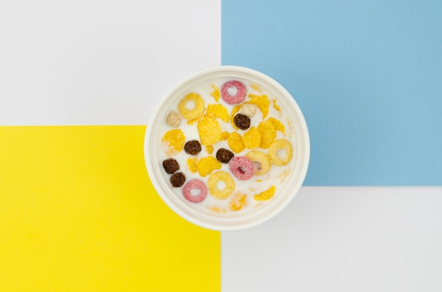Vista superior de lazos de cereales de fruta sabrosa