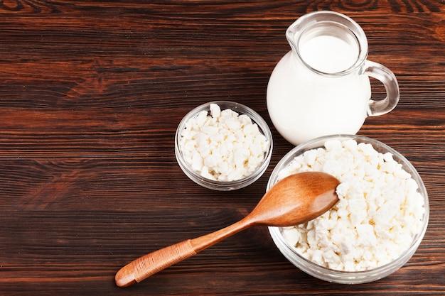 Vista superior de leche y cuencos de queso.