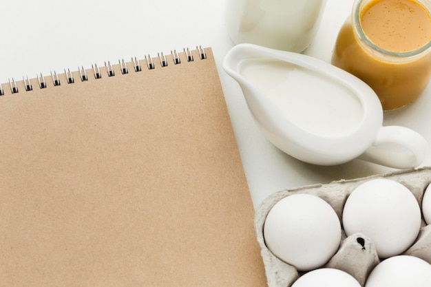 Vista superior de leche fresca con huevos orgánicos