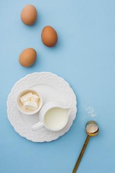 Vista superior de leche y huevos.