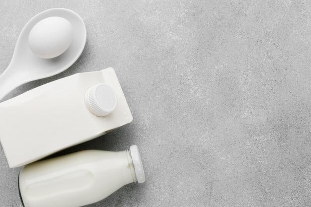 Vista superior de leche orgánica con espacio de copia