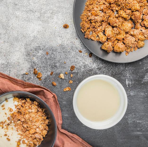 Vista superior de leche orgánica con granola sobre la mesa