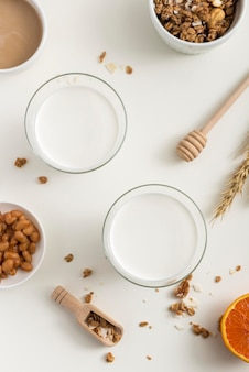 Vista superior de leche orgánica en la mesa