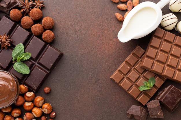 Vista superior de leche y sabroso chocolate