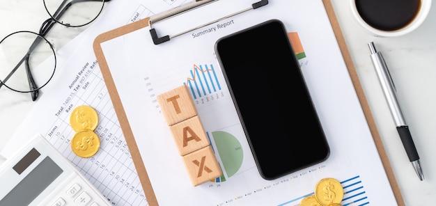 Vista superior de leer la descripción general y calcular, pagar impuestos con un teléfono inteligente desde internet.