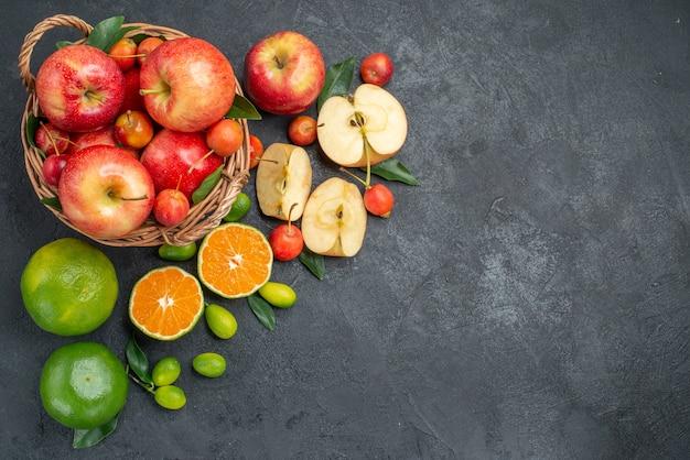 Vista superior desde lejos frutas frutas bayas en la canasta cítricos manzanas