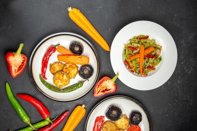 Vista superior desde lejos verduras campana y pimientos picantes ensalada de verduras y verduras asadas