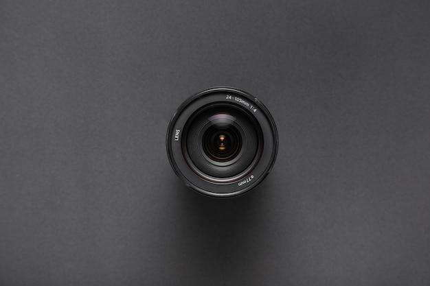 Vista superior de lentes de cámara sobre fondo negro con espacio de copia