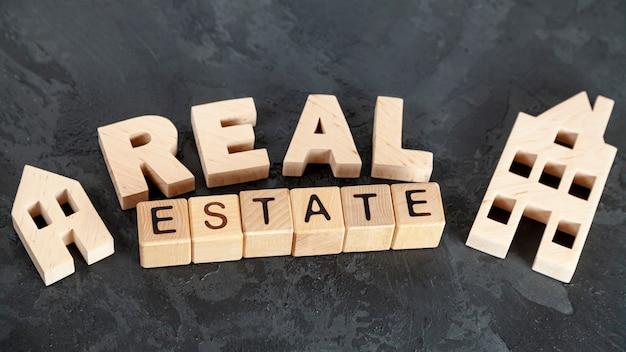 Vista superior de letras de bienes raíces