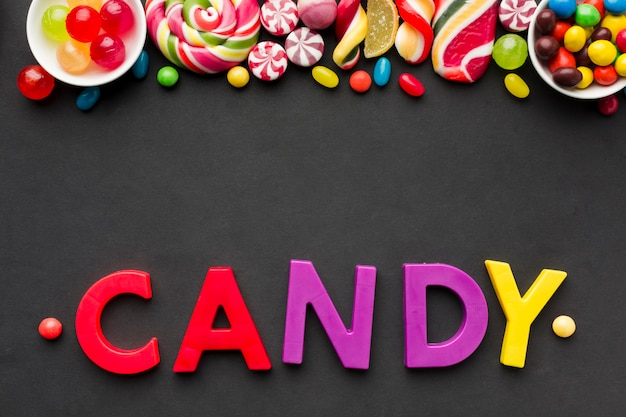 Vista superior de letras de dulces con sabrosos dulces