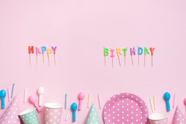 Vista superior letras con menaje fiesta color pastel
