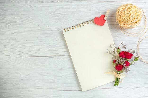 Vista superior libreta abierta sobre un fondo blanco corazón pareja matrimonio pasión amante sentimiento amor vacaciones