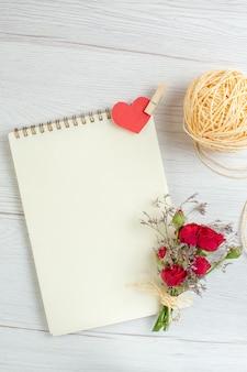 Vista superior libreta abierta sobre el fondo blanco corazón pareja matrimonio pasión sentimiento amor vacaciones