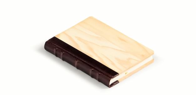 Vista superior del libro con cubierta de estilo de madera aislada