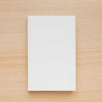 Vista superior del libro en el escritorio
