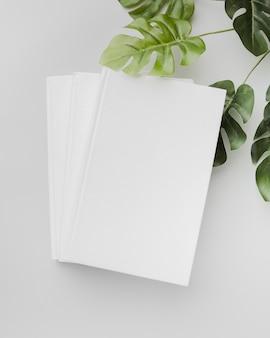 Vista superior del libro con gafas y hojas en la mesa
