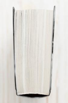 Vista superior libro de tapa dura con fondo blanco