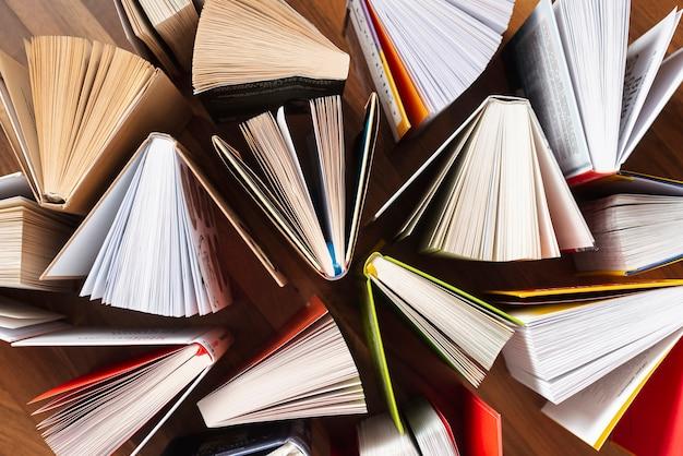Vista superior libros abiertos sobre la mesa