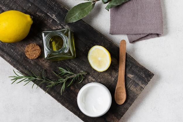 Vista superior de limón y crema facial saludable.