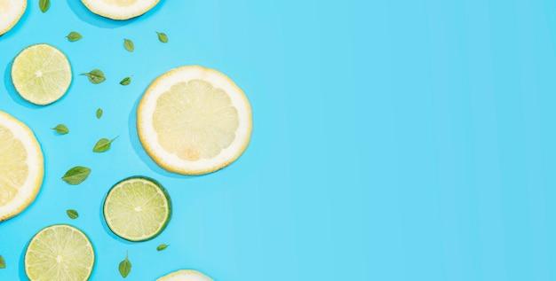 Vista superior de limón y lima con espacio de copia