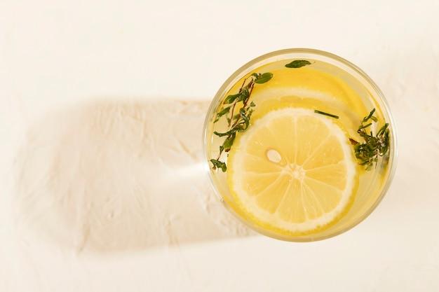 Vista superior de limonada fresca en la mesa