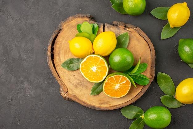 Vista superior de limones agrios frescos en la mesa oscura fruta cítricos lima