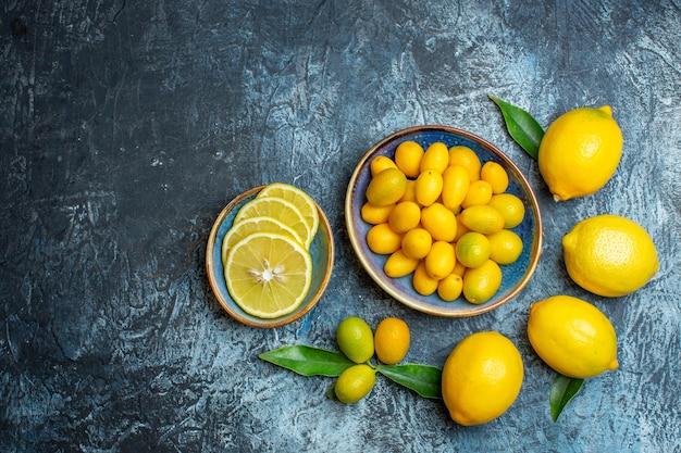 Vista superior de limones amarillos frescos sobre fondo claro-oscuro