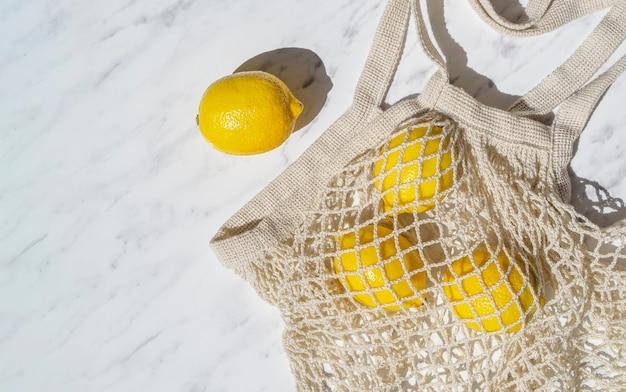 Vista superior de limones en bolsa de red de ganchillo