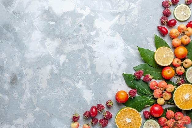 Vista superior de limones y cerezas frutas frescas en la mesa de luz fruta fresca suave