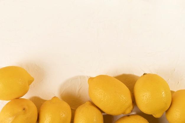Vista superior de limones en el espacio de copia de la tabla